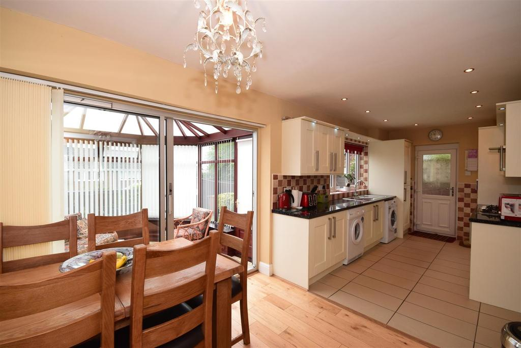 4 Bedrooms Semi Detached House for sale in Fernsway, Sunderland