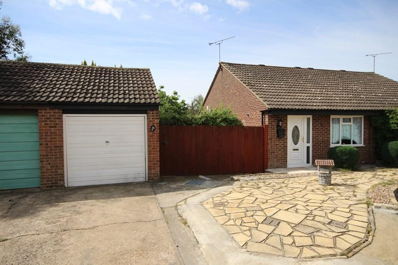 2 Bedrooms Semi Detached Bungalow for sale in Dixon Avenue, Clacton-On-Sea