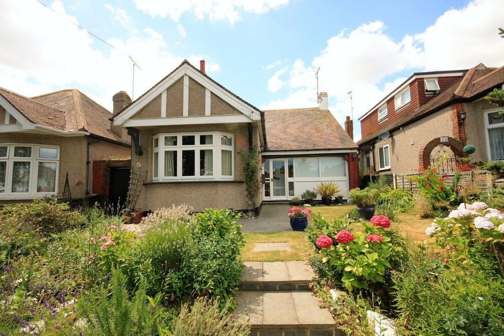 2 Bedrooms Detached Bungalow for sale in Lifstan Way, Thorpe Bay
