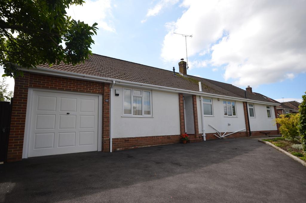 3 Bedrooms Detached Bungalow for sale in Upper Way, Farnham
