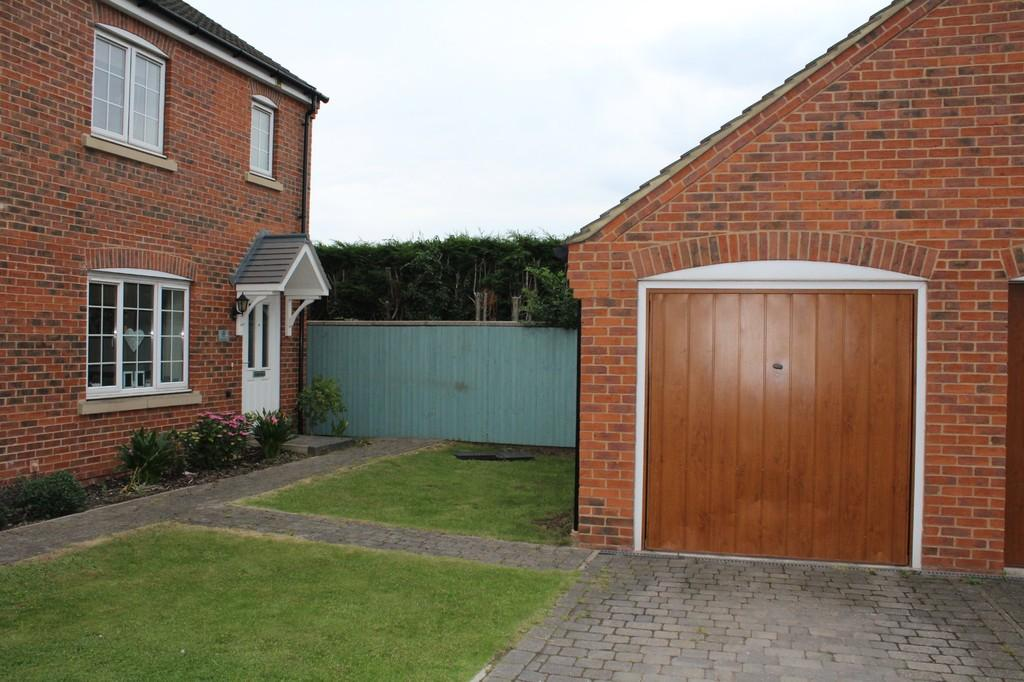 3 Bedrooms Semi Detached House for sale in Hawker Close, Loughborough