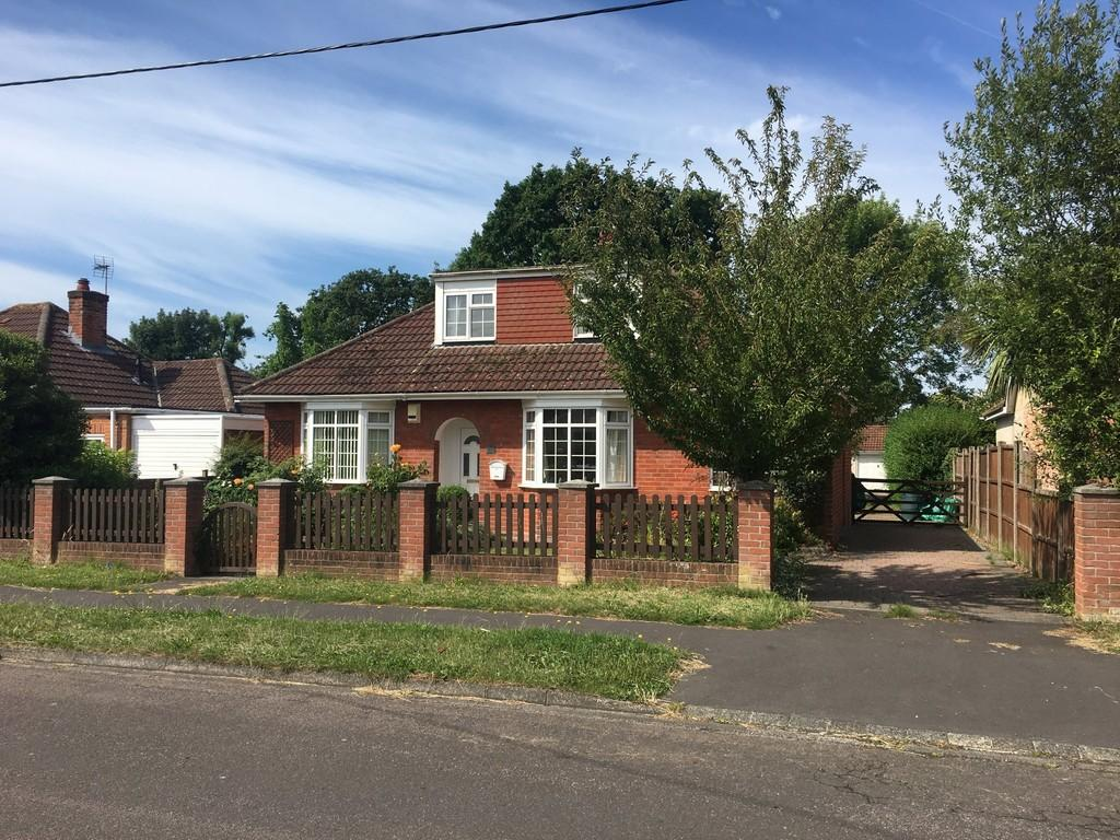 4 Bedrooms Detached Bungalow for sale in Springfield Avenue, Holbury, Southampton