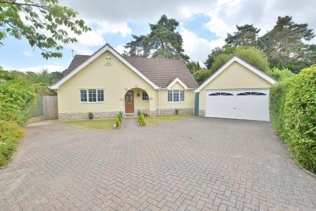 3 Bedrooms Detached Bungalow for sale in Struan Court, Ashley Heath