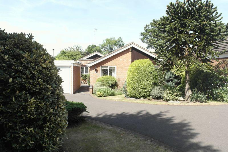 3 Bedrooms Detached Bungalow for sale in Lodge Road, Walsall
