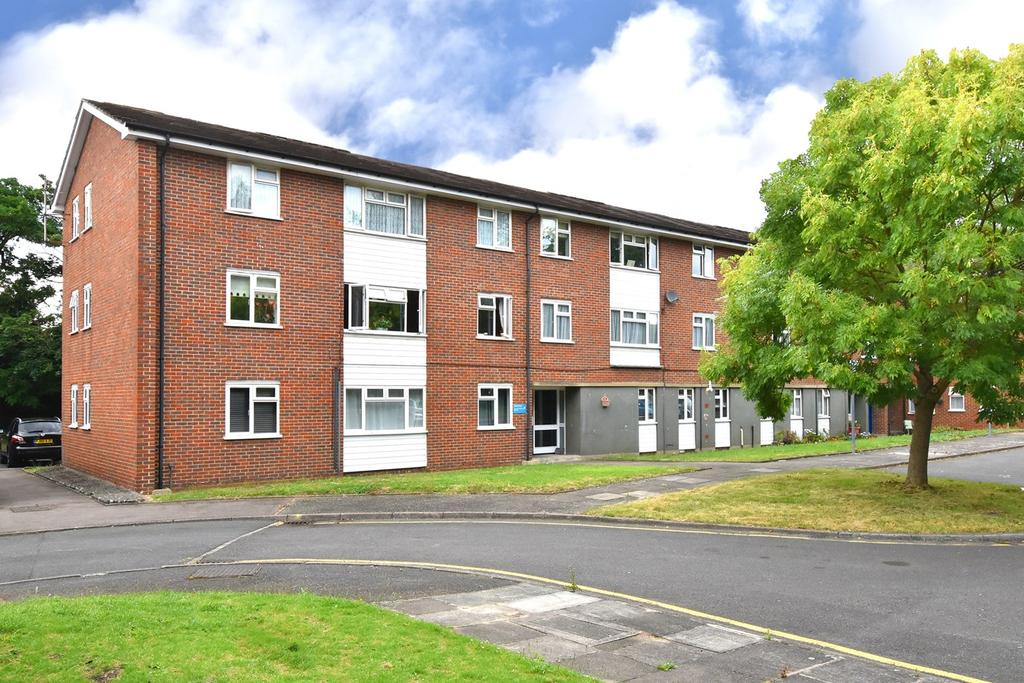 3 Bedrooms Ground Flat for sale in Sellindge Close, Beckenham, BR3