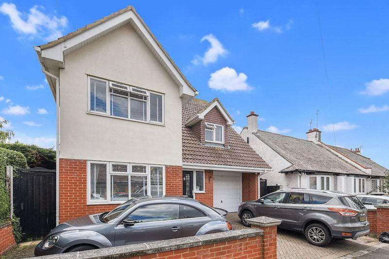 4 Bedrooms Detached House for sale in Southborough Drive, Westcliff-On-Sea