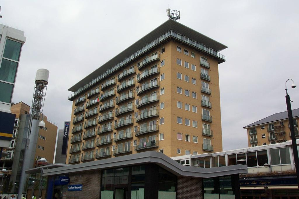 2 Bedrooms Flat for sale in Hamlyn House, High Street, Feltham