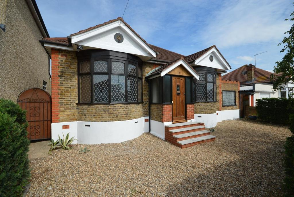 3 Bedrooms Detached Bungalow for sale in Babington Road, Hornchurch, Essex, RM12