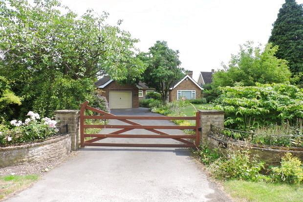 3 Bedrooms Detached Bungalow for sale in Village Road, Clifton Village, Nottingham, NG11