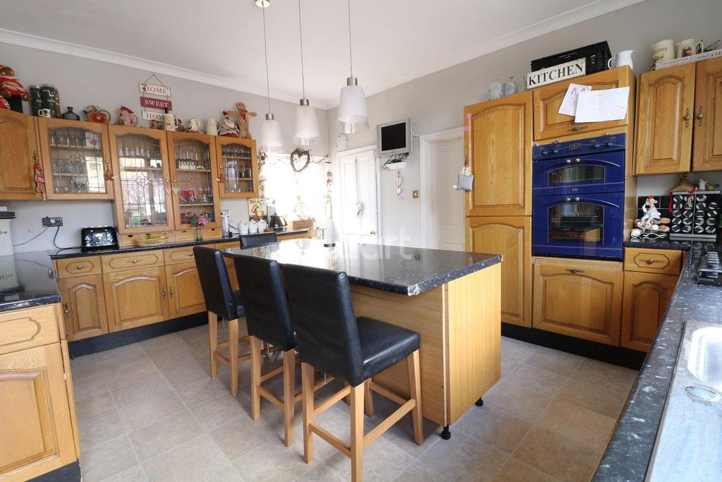3 Bedrooms Semi Detached House for sale in Main Street, Farndon