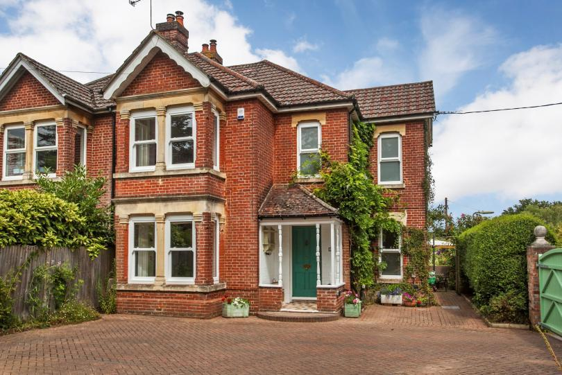 4 Bedrooms Semi Detached House for sale in 119 Hursley Road, Chandlers Ford