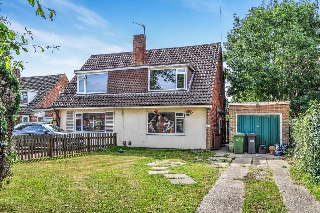 3 Bedrooms Semi Detached House for sale in Lee Street, Horley
