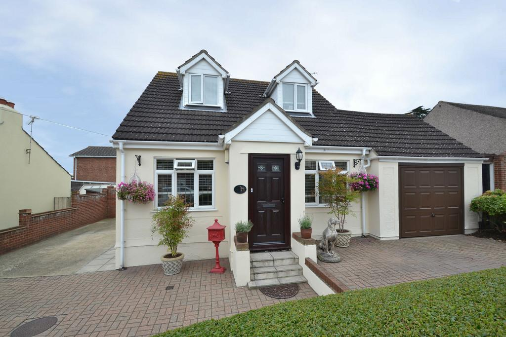 3 Bedrooms Detached Bungalow for sale in Merlin Road, Romford