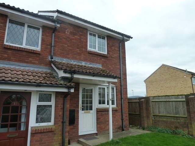 2 Bedrooms Semi Detached House for rent in Stonechat Close, Petersfield, GU31