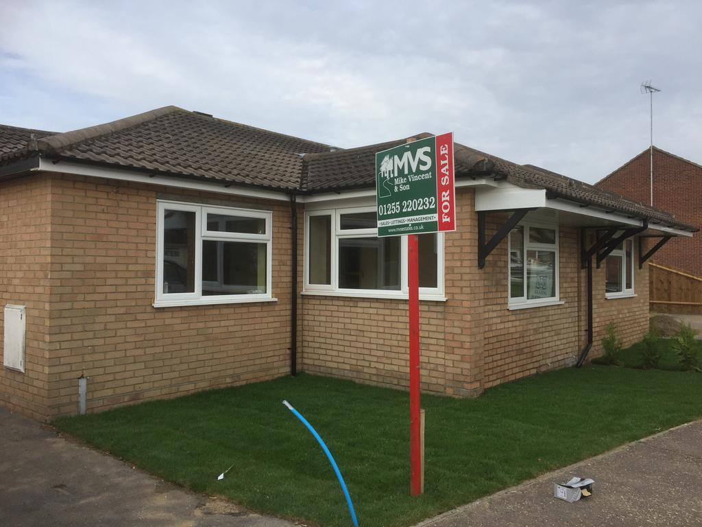 2 Bedrooms Semi Detached Bungalow for sale in Epping Close, Clacton-on-Sea Co15