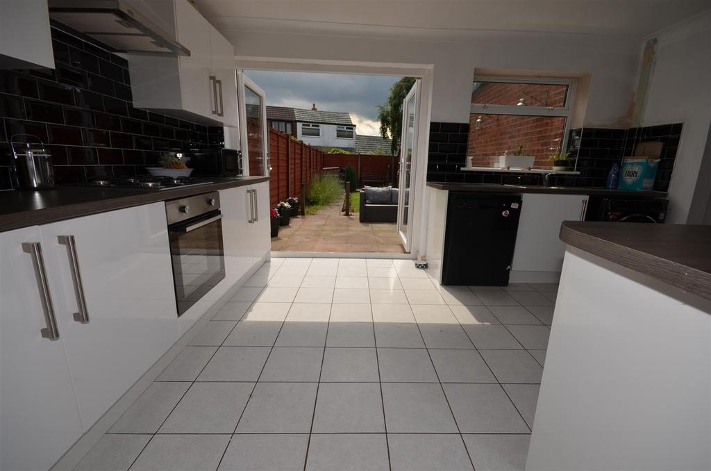 4 Bedrooms Semi Detached House for sale in Lathom Drive, Rainford, St Helens