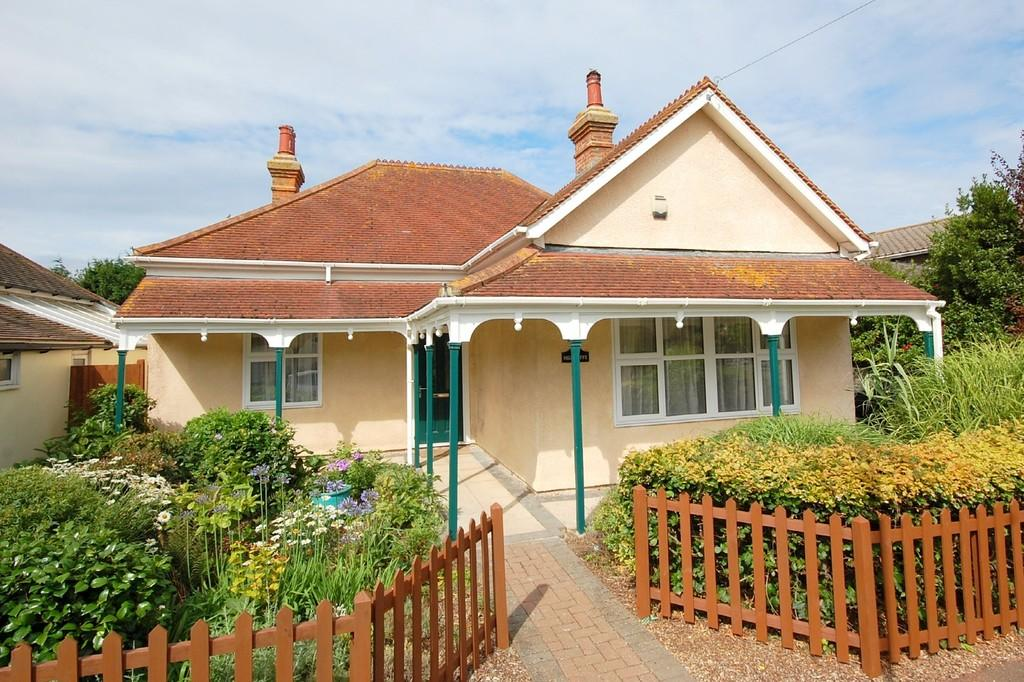 4 Bedrooms Detached Bungalow for sale in Burlington Drive, Herne Bay