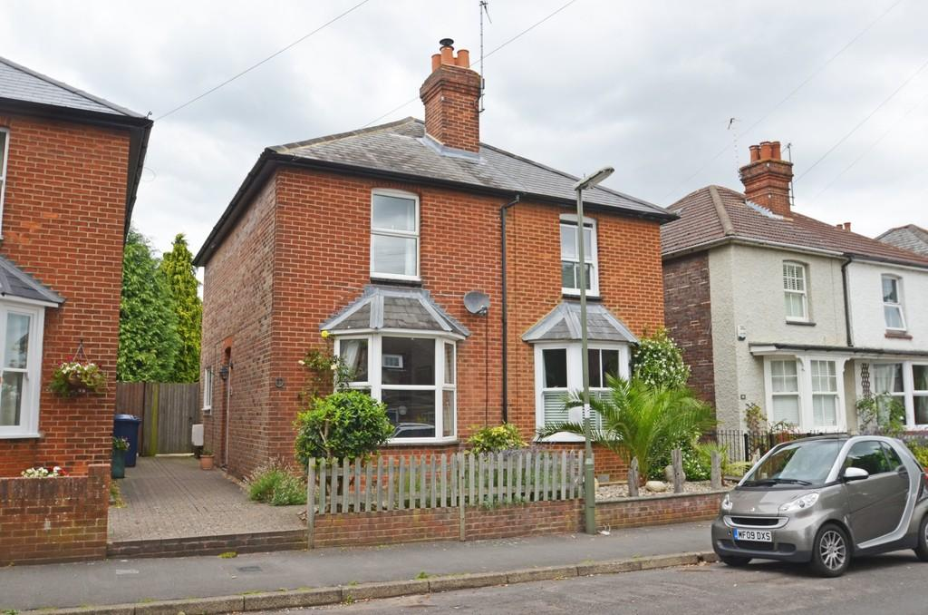 2 Bedrooms Semi Detached House for sale in Farncombe