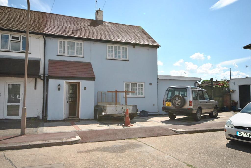 3 Bedrooms Semi Detached House for sale in Stonehill Close, Leigh-on-Sea