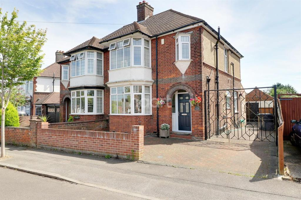 3 Bedrooms Semi Detached House for sale in Instinctively Traditional In Stopsley Catchment