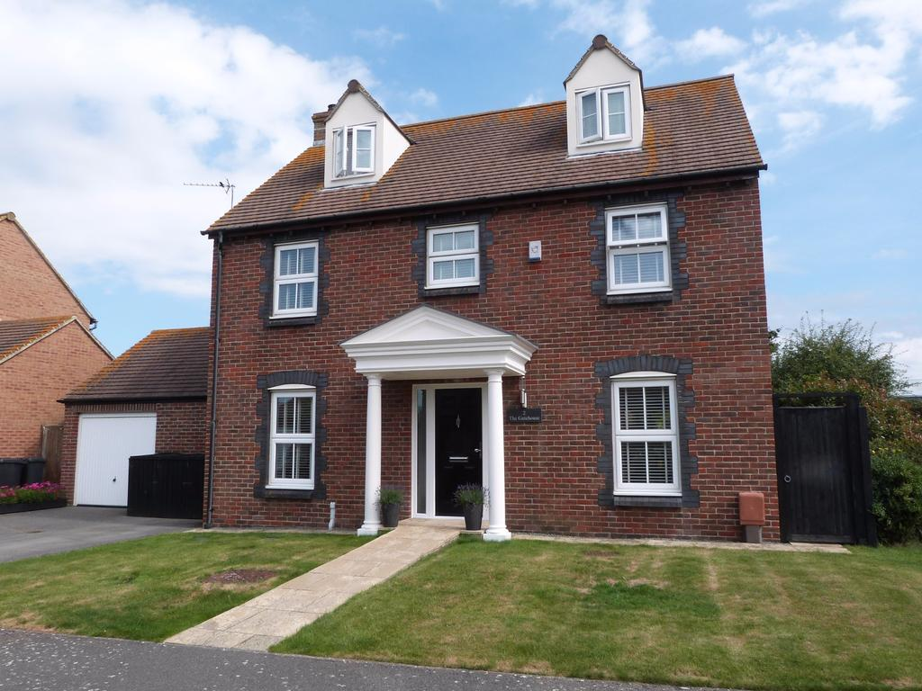 5 Bedrooms Detached House for sale in Millington Drive, Selsey