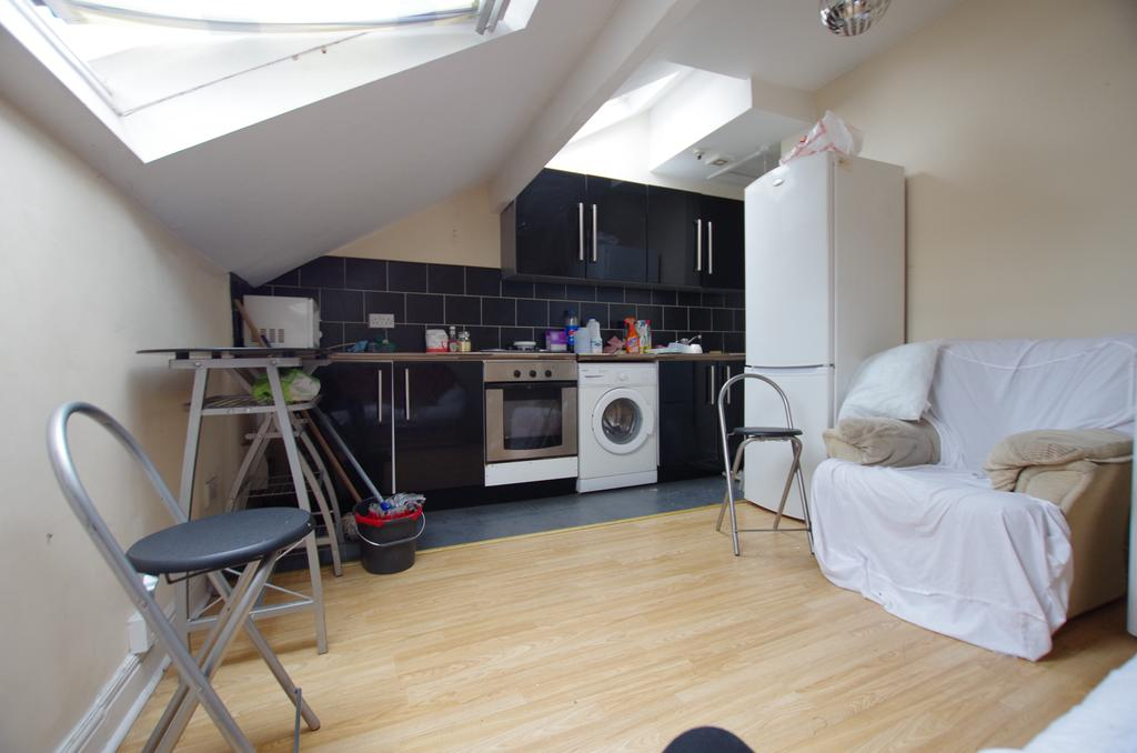 1 Bedroom Flat for rent in FLAT 2 - BRADFORD ROAD, SHIPLEY, WEST YORKSHIRE, BD18 3AB