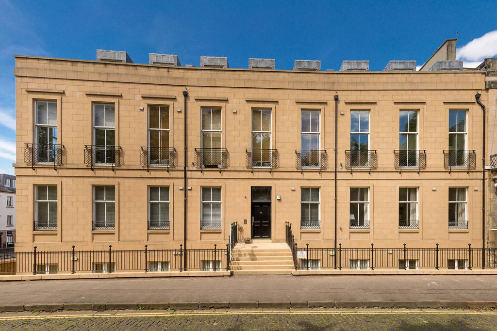 3 Bedrooms Flat for sale in 12/15 Hopetoun Crescent, Broughton, EH7 4AU