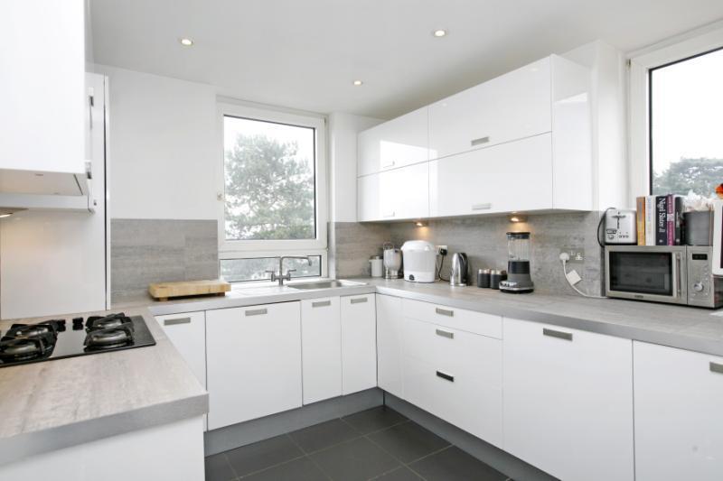 1 Bedroom Flat for sale in Keevil Drive, Southfields, London