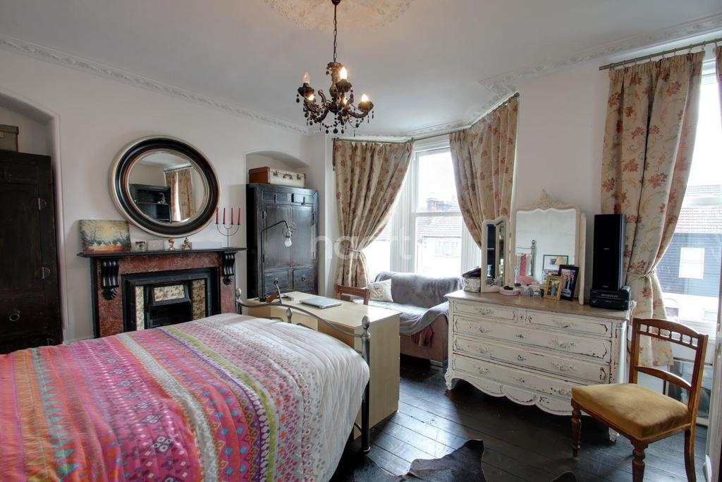 4 Bedrooms Semi Detached House for sale in Luton Road, Chatham, ME4