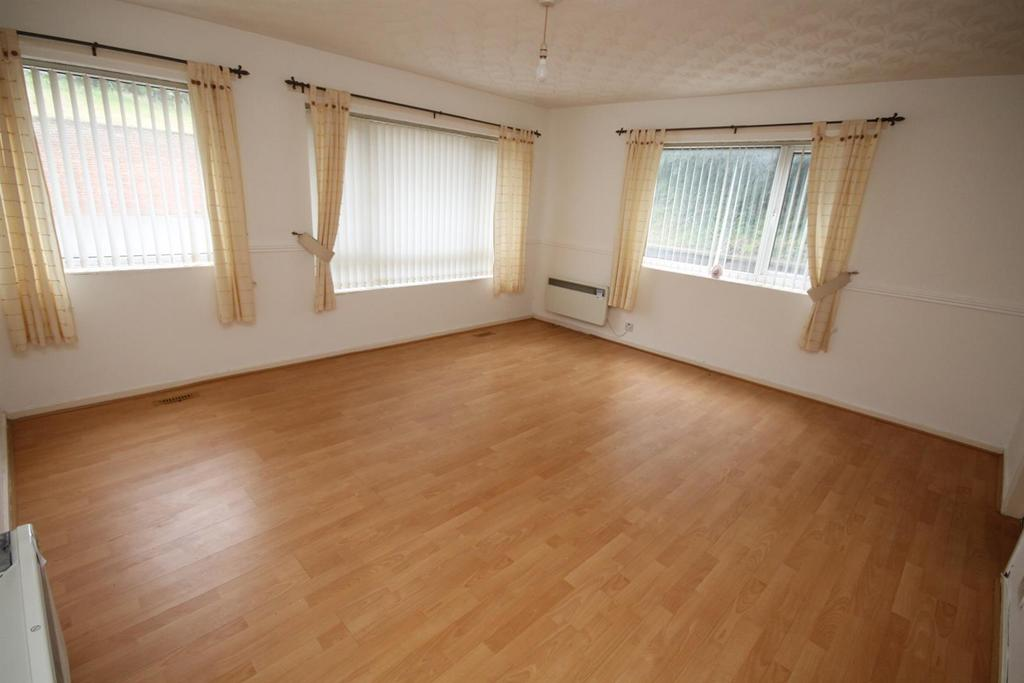 3 Bedrooms Flat for sale in Claymond Court, Stockton-On-Tees