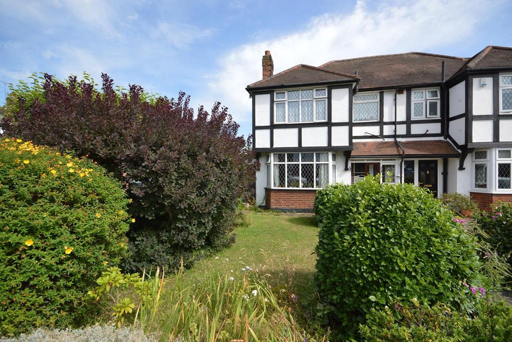 3 Bedrooms Semi Detached House for sale in Mashiters Walk, Romford, RM1