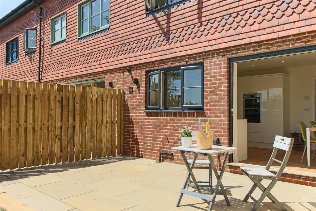 Woodland 39 s edge handcross 3 bed end of terrace house for for 23 woodlands terrace