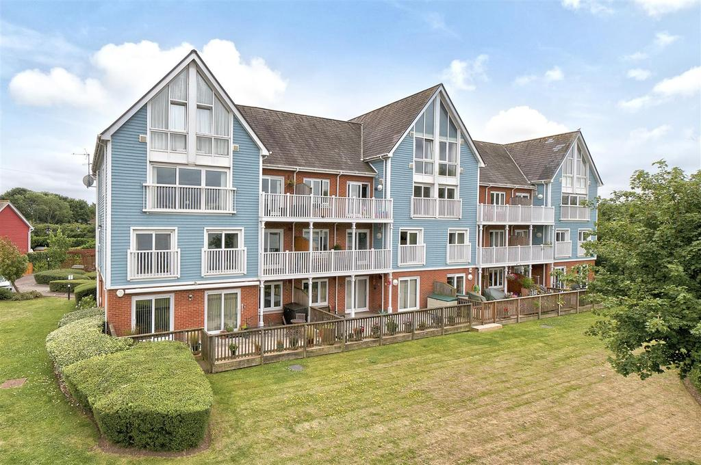 3 Bedrooms Apartment Flat for sale in Perch Close, The Lakes, Larkfield, ME20 6TN