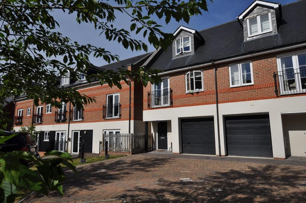 3 Bedrooms End Of Terrace House for sale in Boxgrove Gardens, Guildford