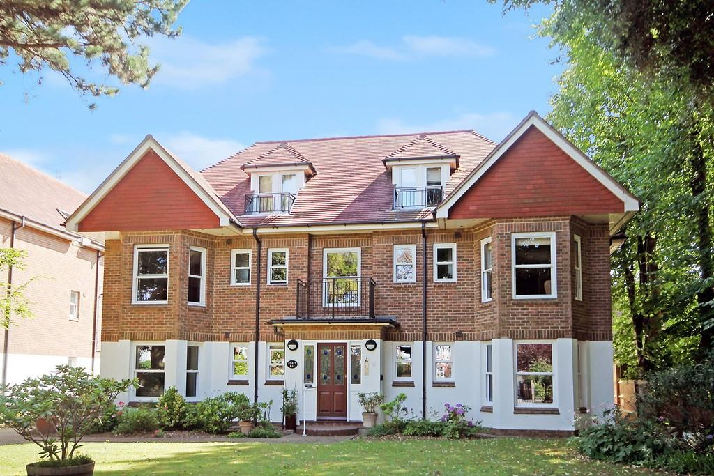 2 Bedrooms Apartment Flat for sale in Queensborough Court, Grand Avenue, Worthing BN11 5BP