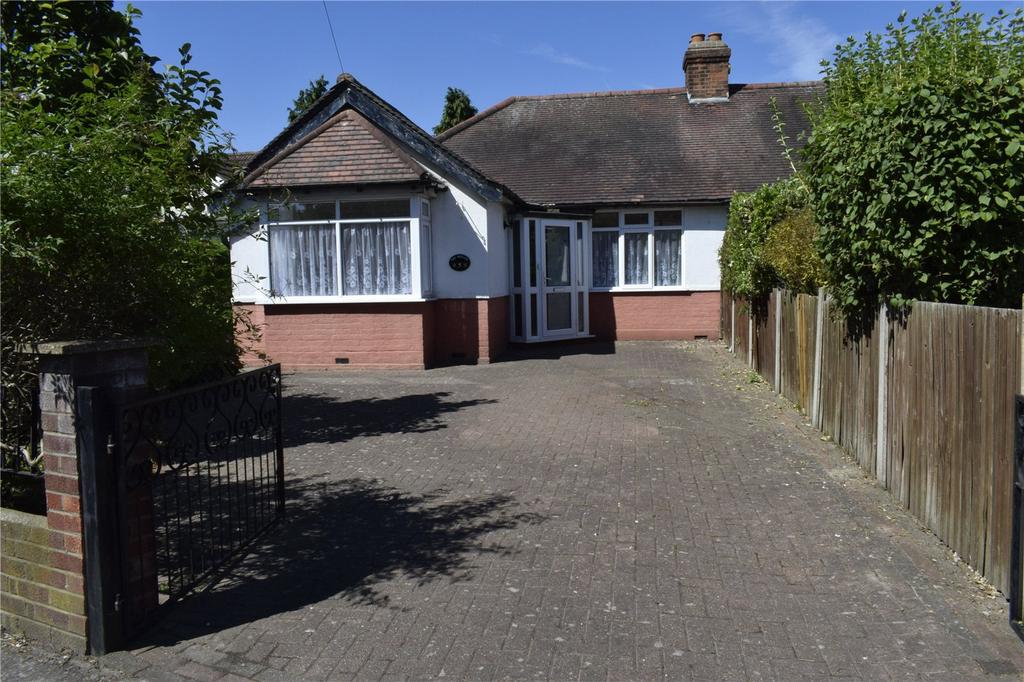 3 Bedrooms Semi Detached Bungalow for sale in Spring Gardens, Romford, RM7