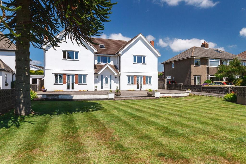6 Bedrooms Detached House for sale in Groes-faen, Nr Cardiff
