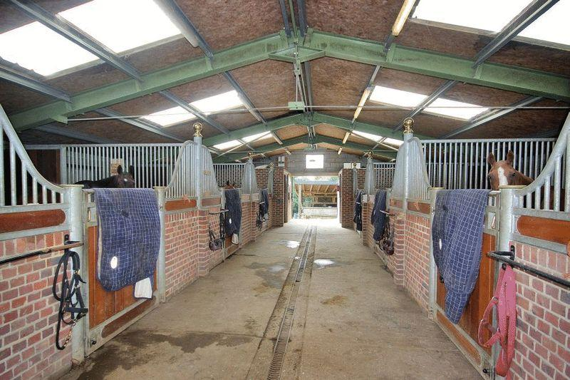 3 Bedrooms Equestrian Facility Character Property