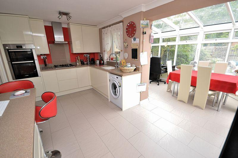 3 Bedrooms Semi Detached House for sale in Jupiter Drive, Leighton Buzzard