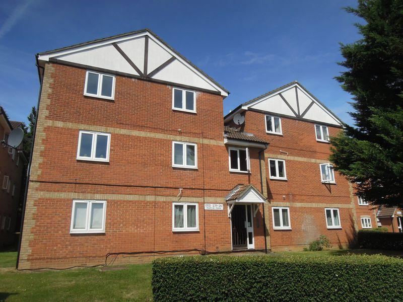 2 Bedrooms Flat for sale in Maplin Park, Langley