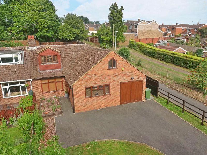 3 Bedrooms Semi Detached Bungalow for sale in Mancroft Road, Caddington, Luton