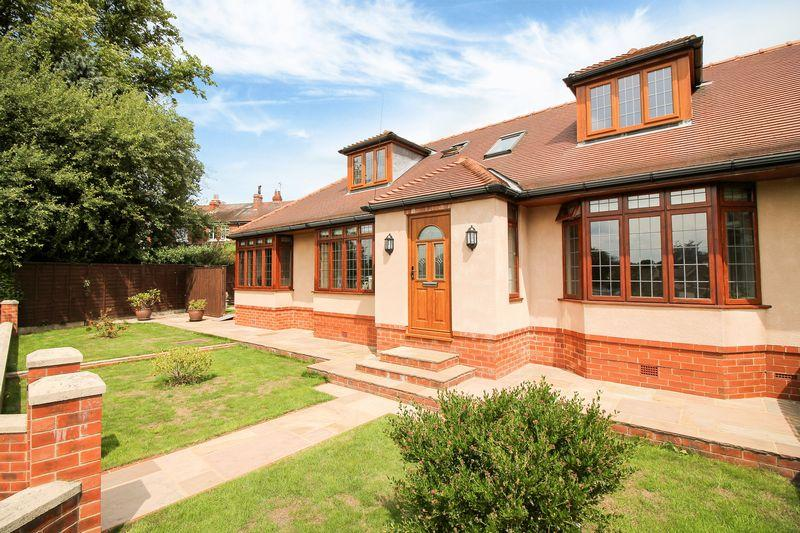 4 Bedrooms Semi Detached Bungalow for sale in Kirkby Road, Ripon