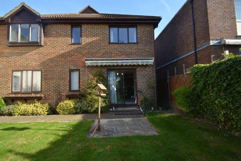 2 Bedrooms Flat for sale in Magpie Hall Lane, Bromley