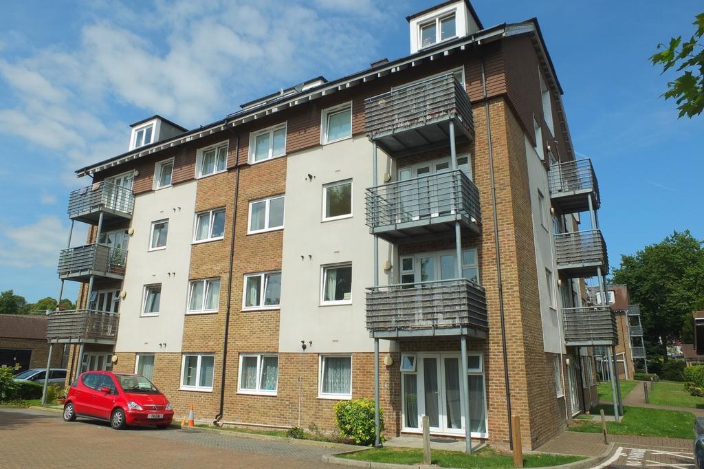 2 Bedrooms Flat for sale in Harlands Road, Haywards Heath, RH16