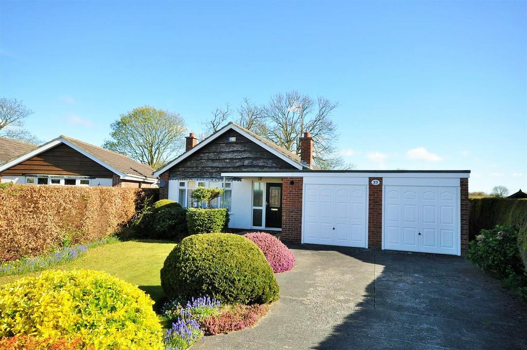 3 Bedrooms Detached Bungalow for sale in Courtneys, Wheldrake, York