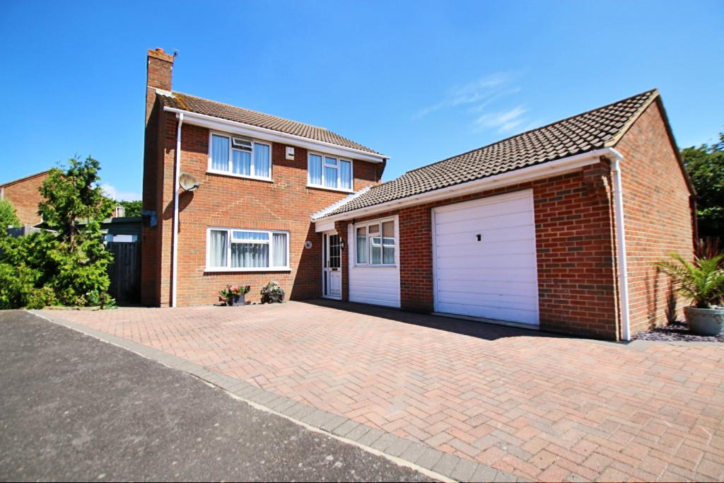 4 Bedrooms Detached House for sale in Beuzeville Avenue, Hailsham BN27