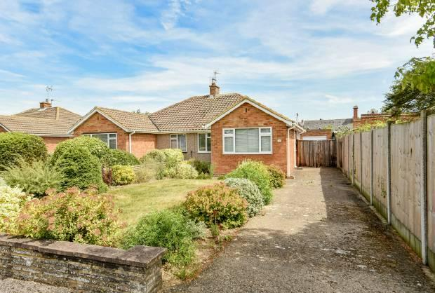 2 Bedrooms Semi Detached Bungalow for sale in St Johns Drive, Windsor