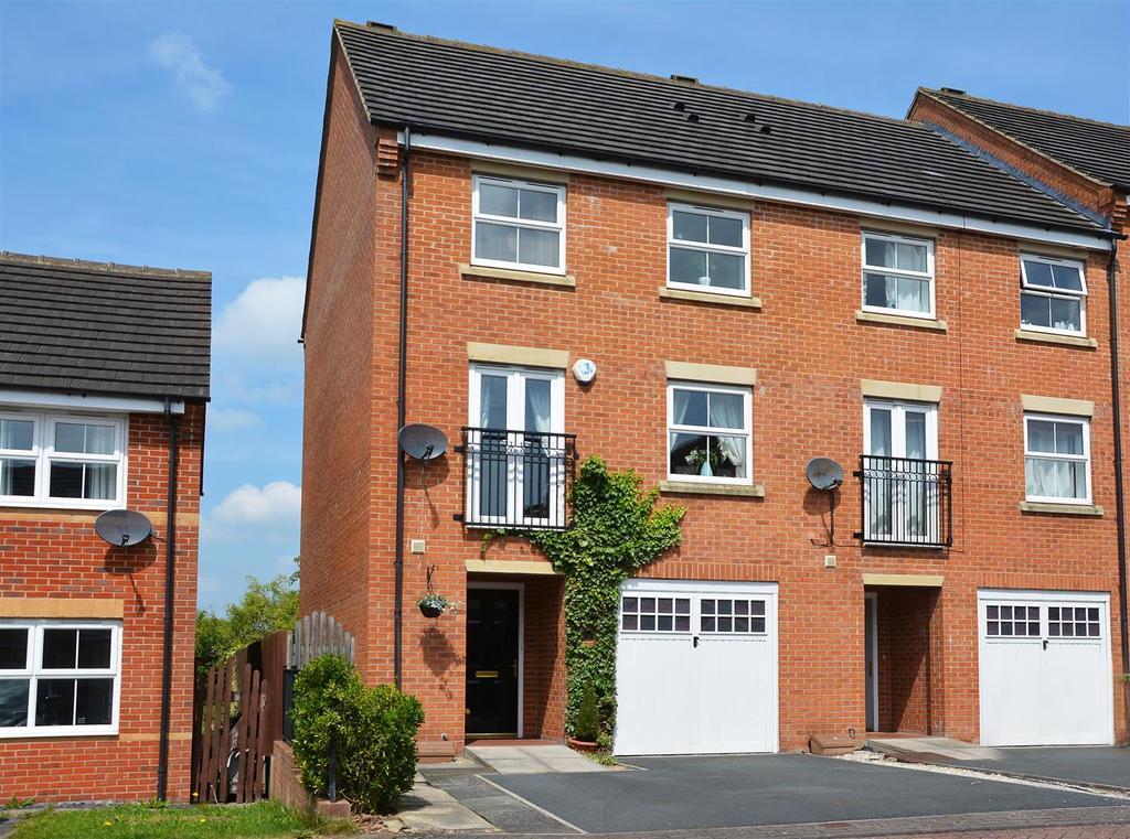 4 Bedrooms Town House for sale in Millbank, Yeadon, Leeds