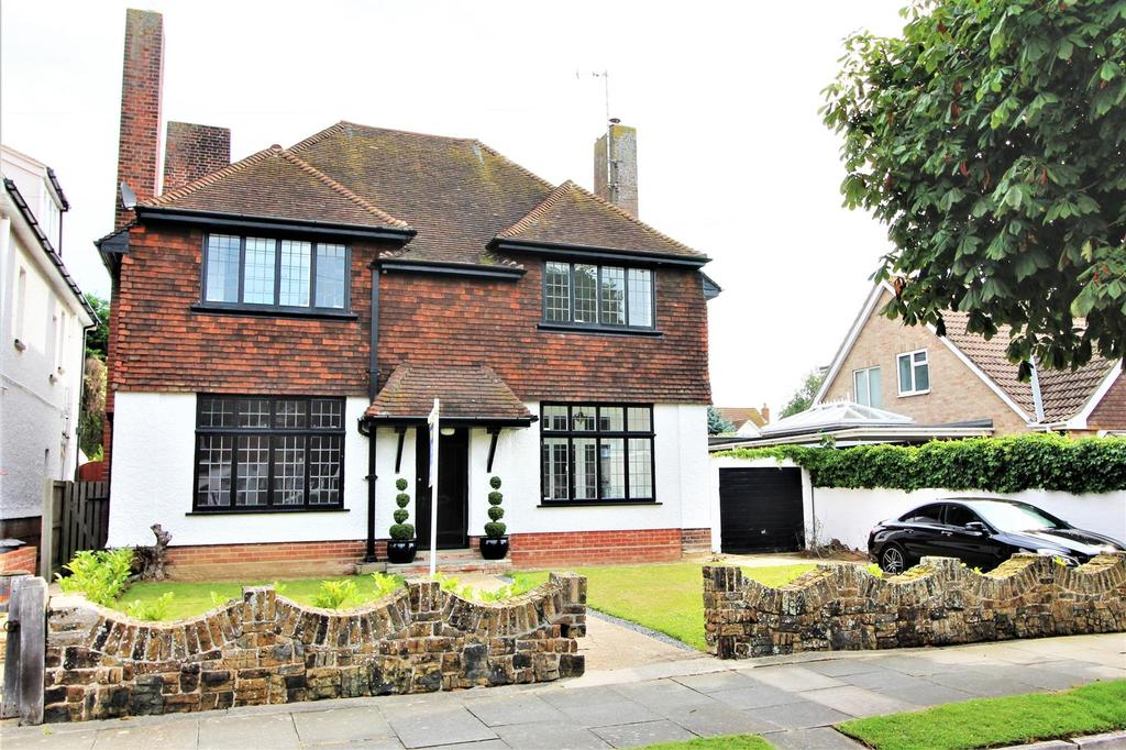 4 Bedrooms Detached House for sale in Raglan Road, Frinton-On-Sea