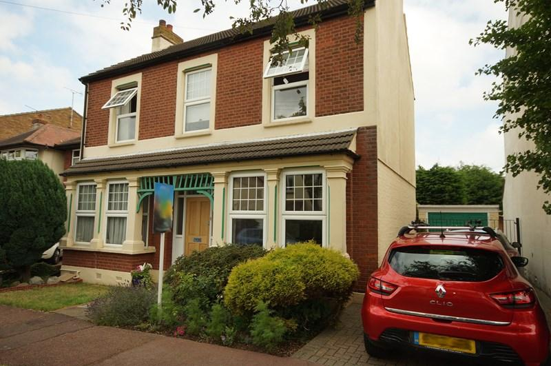 4 Bedrooms Detached House for sale in Fernleigh Drive, Leigh-On-Sea